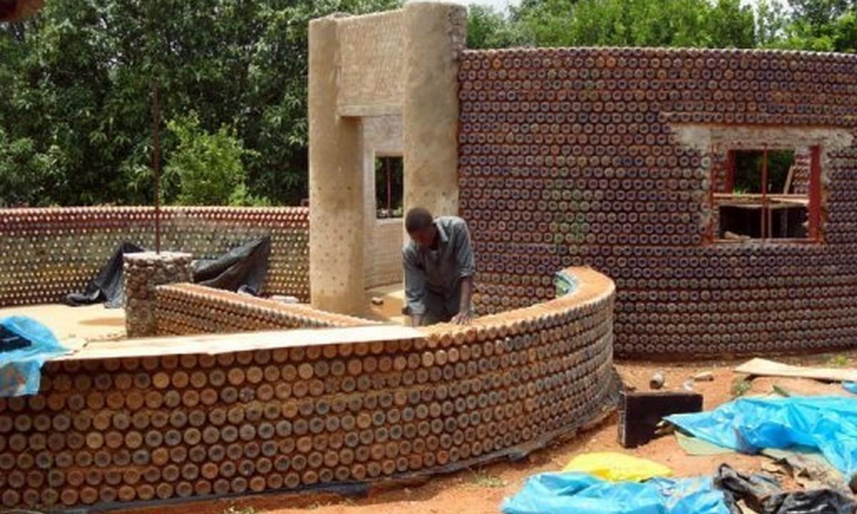 Νιγηρία: Φτιάχνουν σπίτια… μόνο από μπουκάλια και λάσπη! (pics & vid)