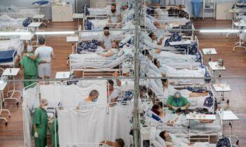Σε τραγικές συνθήκες που θυμίζουν περισσότερο... Μεσαίωνα γίνεται η νοσηλεία πολλών ασθενών στην Βραζιλία που έχουν νοσήσει από κορονοϊό.