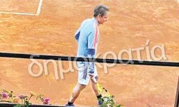 Σε μια κίνηση που θα συζητηθεί προχώρησε ο Κυριάκος Μητσοτάκης, που δεν δίστασε να εξασκήσει το χόμπι του για το τένις εν μέσω πανδημίας.....