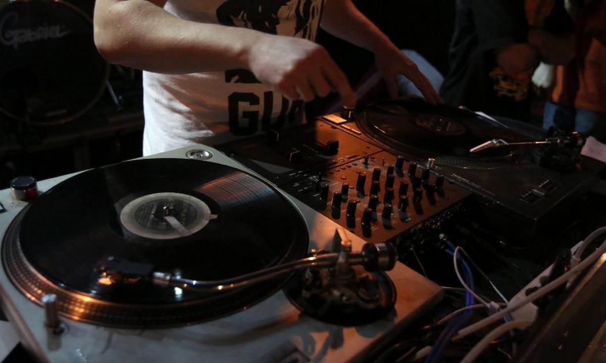 Κορωνοπάρτι: DJ εξηγεί πώς στήνονται και πόσο κοστίζουν