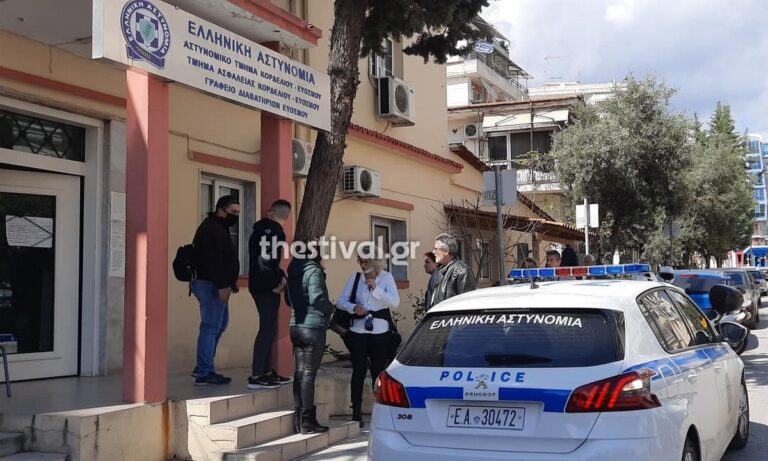 Θεσσαλονίκη: Πολίτες περικυκλώνουν περιπολικό – Δείτε το βίντεο