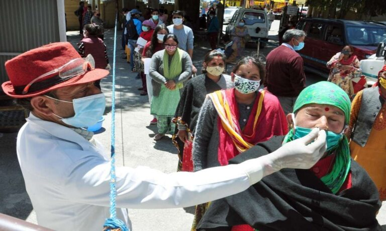Μόσιαλος: Εκεί οφείλεται η εφιαλτική έξαρση του κορονοϊού στην Ινδία
