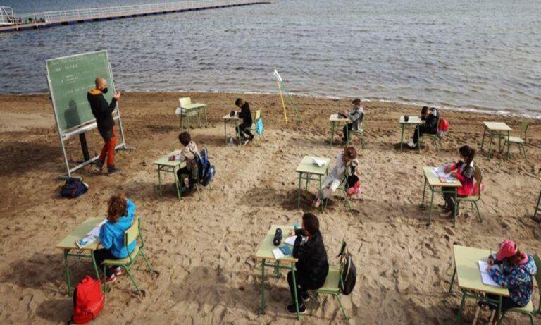 Ισπανία: Μαθητές διδάσκονται σε παραλία – Δείτε videos