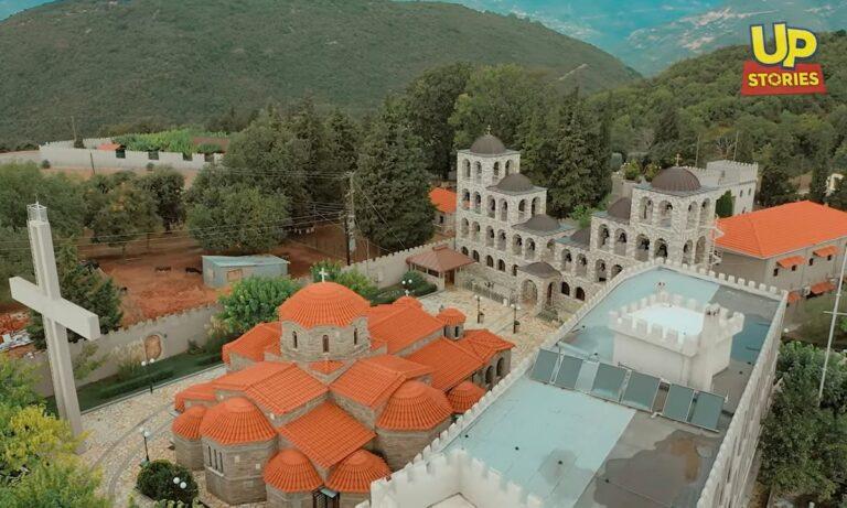 Tο μεγαλύτερο καμπαναριό στη χώρα βρίσκεται σε μια όμορφη πλαγιά κοντά στο χωριό Τρίκορφο της Φωκίδας και σε υψόμετρο περίπου 700 μέτρων,