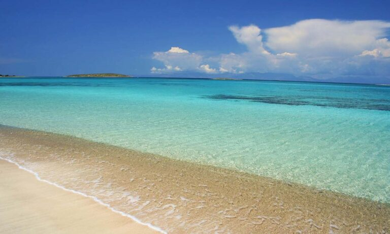 Ελλάδα: Η παραλία με νερά… πισίνας που μοιάζει βγαλμένη από την Καραϊβική (vid)