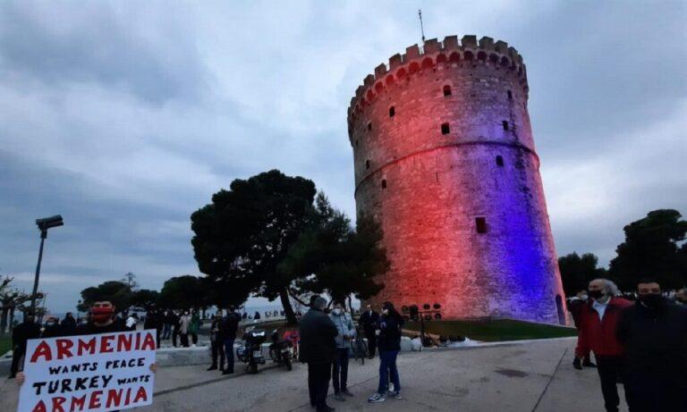 Θεσσαλονίκη: Φωταγωγήθηκε για την Αρμενική Γενοκτονία ο Λευκός Πύργος