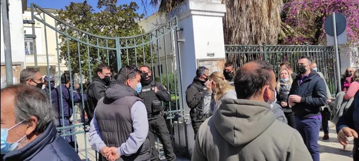 Μακρινίτσα: Μεγάλη ένταση για αρκετά λεπτα, σημειώθηκε έξω από τα δικαστήρια του Βόλου κατά την προσαγωγή στον ανακριτή του 32χρονου φερόμενου φονιά.