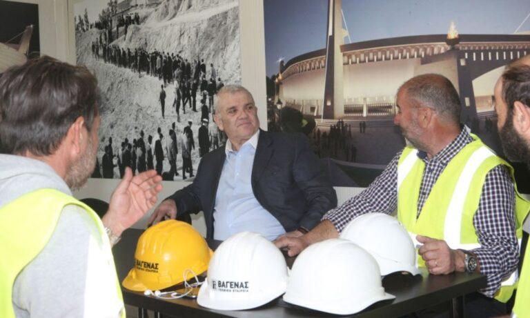Μπορεί η ΑΕΚ να ξεκινά επίσημα τα παιχνίδια της κόντρα στην Βελέζ την Πέμπτη, αλλά ο Δημήτρης Μελισσανίδης δεν έχασε ευκαιρία να πάει στη Νέα Φιλαδέλφεια.