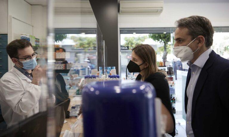 Μητσοτάκης: Στο φαρμακείο για self test μαζί με την κόρη του (vid)