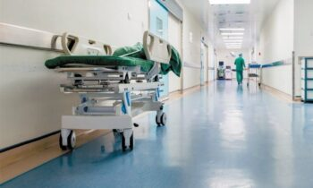 Αττική: Οι εφημερίες στα νοσοκομεία έχουν εξελιχθεί σε εφιάλτη για εργαζόμενους και ασθενείς. Περίπου 60 διασωληνωμένοι ασθενείς νοσηλεύονται εκτός ΜΕΘ!