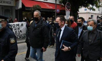Πέτσας: «Κατευθυνόμενες από τον ΣΥΡΙΖΑ» ήταν οι διαμαρτυρίες για το λιανεμπόριο στην Πάτρα, σύμφωνα με τον αναπληρωτή υπουργό Εσωτερικών.