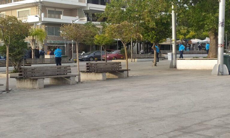 Υμηττός: Η εικόνα στην κεντρική πλατεία και σ' εκείνη που βρίσκεται έξω απ' το Δημαρχείο δεν θυμίζει σε τίποτα όσα συνέβαιναν μέχρι πρότινος.