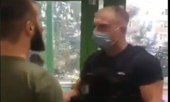 Ρωσία: Μουσουλμάνος εξτρεμιστής από τον Καύκασο, χωρίς μάσκα, πήγε να τσακωθεί με Ρώσο σεκουριτά.