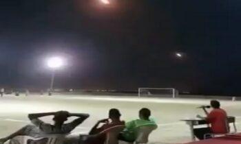 Σαουδική Αραβία: Είθισται σε ποδοσφαιρικούς αγώνες να βλέπουμε καπνογόνα, βεγγαλικά κ.ά, όμως στην προκειμένη το... ντεκόρ είναι διαφορετικό.