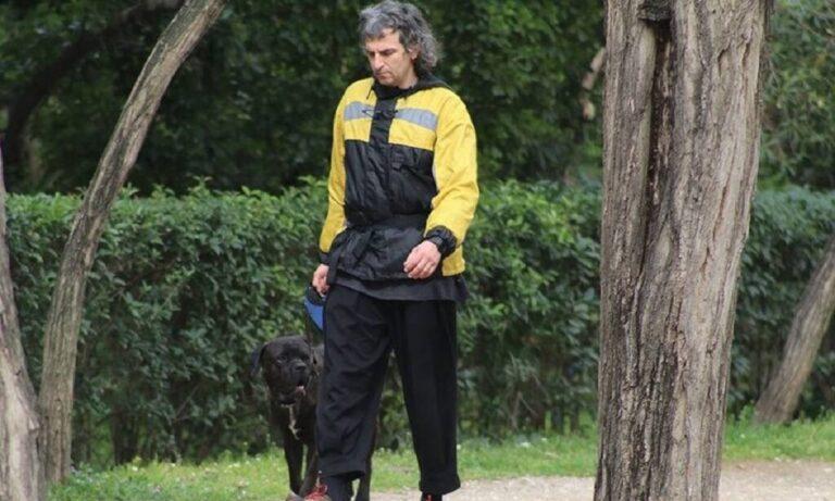 Άρης Σερβετάλης: Αγνώριστος στη χαλαρή βόλτα με τον σκύλο του στο Ζάππειο (pics)
