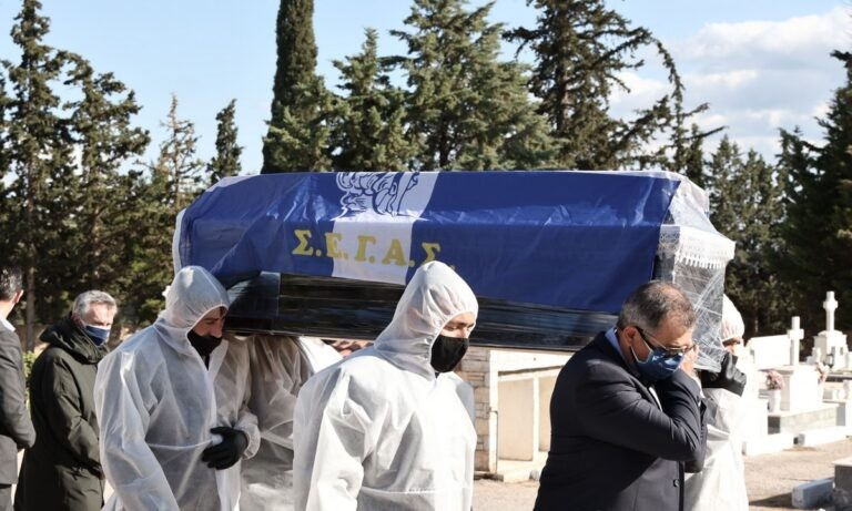 Βασίλης Σεβαστής: Σκεπασμένος με τη σημαία του ΣΕΓΑΣ στην τελευταία του κατοικία
