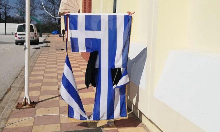 Μαθητές κουρέλιασαν την ελληνική σημαία