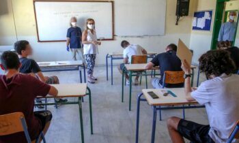 Η αξιολόγηση των μαθητών Γυμνασίου και Λυκείου, όπως όλα δείχνουν δεν θα γίνει με τις ενδοσχολικές εξετάσεις αλλά με τους βαθμούς των τετραμήνων.