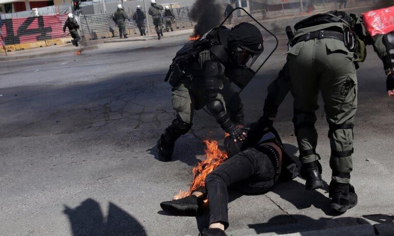 Θεσσαλονίκη: Αντιεξουσιαστές έριξαν μολότοφ σε διαδηλωτή και λαμπάδιασε! – Τον έσωσαν τα ΜΑΤ (vid)