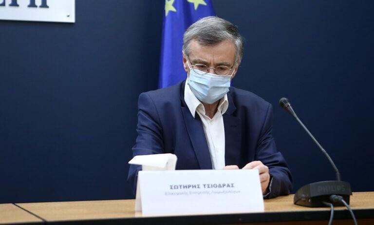 Τσιόδρας:  «Ανοιχτό το ενδεχόμενο οι εμβολιασμένοι να μην φορούν μάσκες»