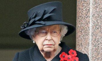 Βασίλισσα Ελισάβετ: Μόνη της παρακολούθησε την κηδεία του Πρίγκιπα Φιλίππου, λόγω των μέτρων κατά της διασποράς Covid-19.