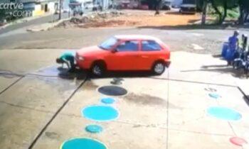 Ένα βίντεο από κάμερα ασφαλείας δείχνει τη στιγμή που ένας εργαζόμενος βενζινάδικου παρασύρεται από αυτοκίνητο στη Βραζιλία.