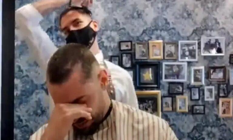 Συγκλονιστικό video: Κουρέας ξυρίζει το κεφάλι του – Αλληλεγγύη σε συνάδελφό του με καρκίνο (vid)