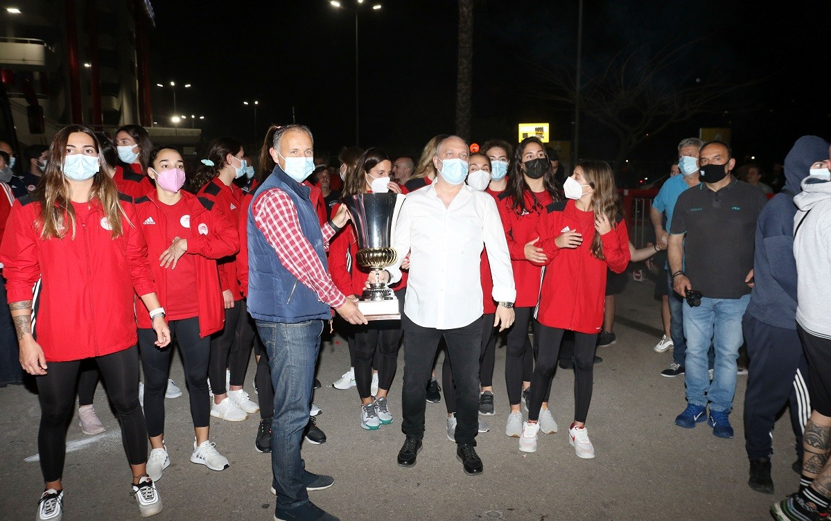 Αποθέωση και γιορτή! Φοβερές στιγμές βίωσε ο Ολυμπιακός ο οποίος επέστεψε τα ξημερώματα της Δευτέρας του Πάσχα (3/5) στην Ελλάδα.
