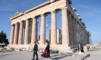 Το υπουργείο Πολιτισμού έβγαλε ανακοίνωση στην οποία έκανε γνωστό πως φίλοι του Ολυμπιακού εισέβαλαν στην Ακρόπολη.