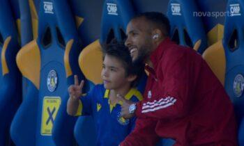 Αστέρας Tρίπολης-Ολυμπιακός: Λίγο πριν την έναρξη του αγώνα ο Ελ Αραμπί τα... είπε με τον γιο του Μπαράλες.