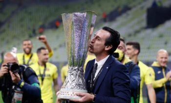 Αυτοί που έχουν σηκώσει το τρόπαιο του Europa League (ή Κύπελλο UEFA, παλαιότερα) έχουν και να το λένε. Είναι βαρύ. Πολύ βαρύ. Ο Ουνάι Έμερι πάντως, δεν παραπονιέται.