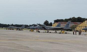 Δώδεκα αμερικανικά F-15 στην Λάρισα στο πλαίσιο της διμερούς Στρατιωτικής Συνεργασίας Ελλάδας και ΗΠΑ, κατόπιν ενεργειών και συνεργασίας.