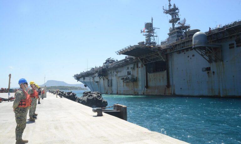 Το USS Iwo Jima έδεσε στην ναυτική βάση στη Σούδα, στα Χανιά Κρήτης, ώστε να υποβληθεί σε εργασίες συντήρησης και ανεφοδιασμού.