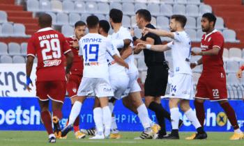 ΑΕΛ - ΠΑΣ Γιάννινα: Και δεύτερο επεισόδιο ανάμεσα στους ποδοσφαιριστές των δύο ομάδων κατά τη διάρκεια της ανάπαυλας.