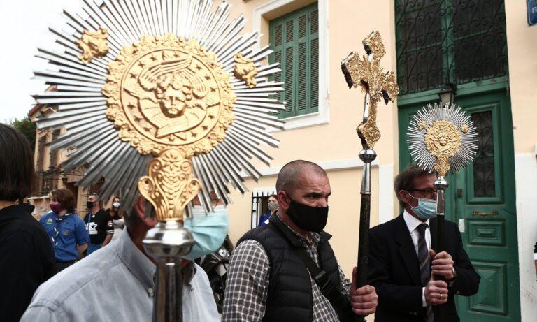 Άγιο Φως: Έφτασε στην Ελλάδα – Σεμνή τελετή στην υποδοχή