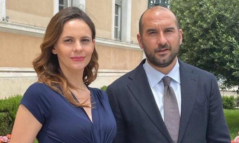 Μια φωτογραφία στην οποία ποζάρει χαμογελαστή στο πλευρό του συντρόφου της Δημήτρη Τζανακόπουλου, ανέβασε η έγκυος Έφη Αχτσιόγλου.