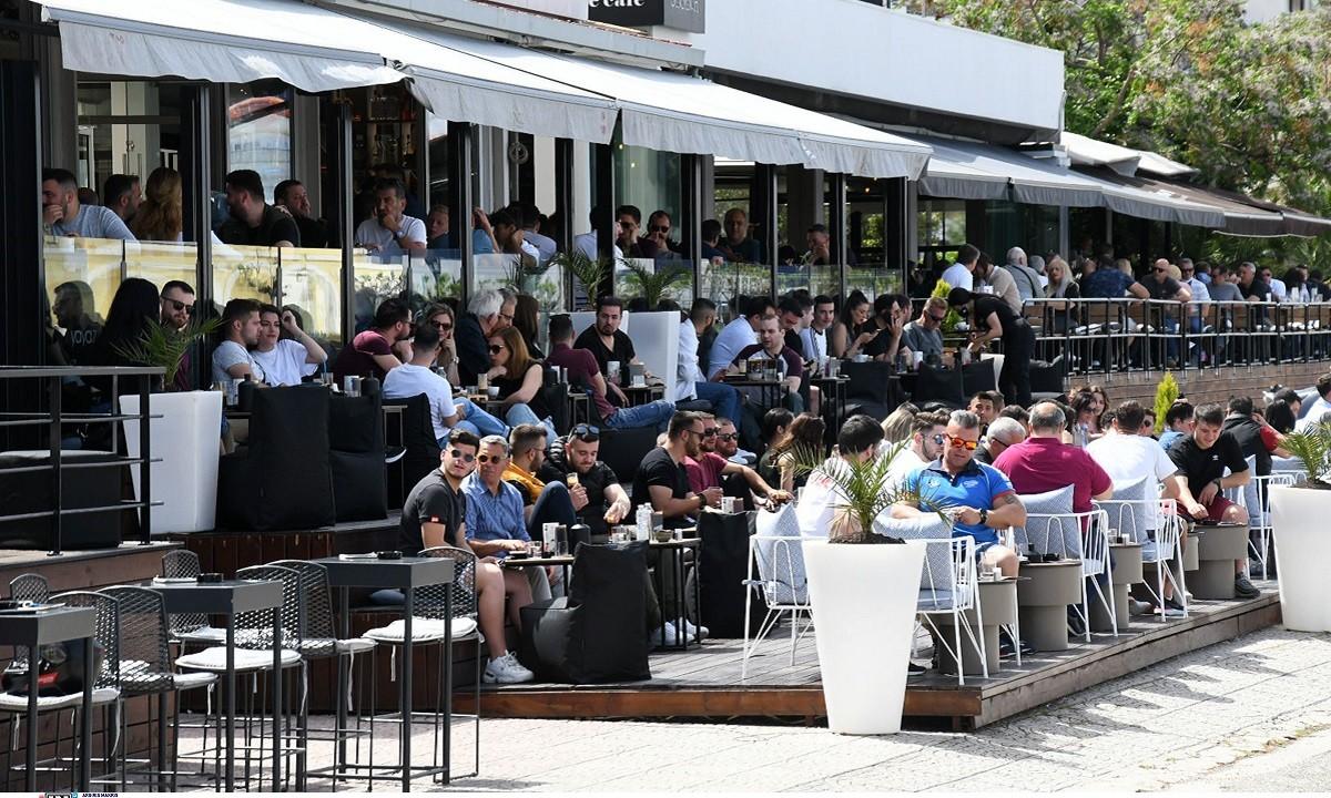 Εστίαση: Γέμισαν από κόσμο καφέ και εστιατόρια σε Αθήνα και Θεσσαλονίκη (vid+pics)