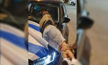 Παλαιστίνιοι δένουν Ισραηλινούς με ταινίες στην πόλη Λοντ την οποία ο Ισραηλινός πρωθυπουργός κήρυξε σε κατάσταση έκτακτης ανάγκης.