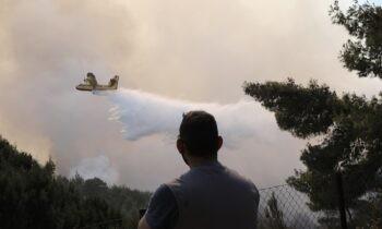 Φωτιά Κορινθία: Πολύ δύσκολες στιγμές βιώνουν οι κάτοικοί των περιοχών της Κορίνθου από τις πυρκαγιές που τις πλήττουν τα τελευταία 24ωρα.