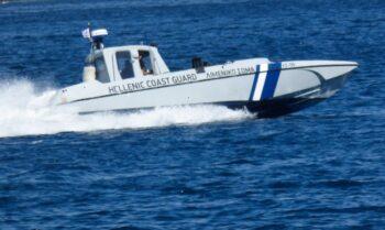 Όπως προκύπτει από το λιμενικό σώμα, σκάφος με 170 αλλοδαπούς ρυμουλκήθηκε από φορτηγό πλοίο στην Καλαμάτα.