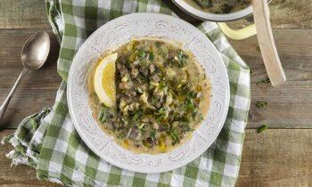 Η παράδοση θέλει το βράδυ της Ανάστασης να υπάρχει στα τραπέζια των ελληνικών οικογενειών η διάσημη μαγειρίτσα, η γνωστή σε όλους σούπα