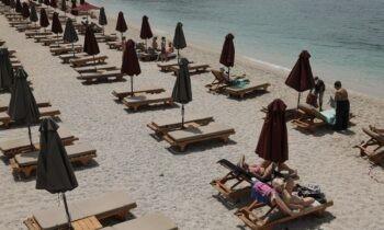 SMS 13033: Το Σάββατο (8/5) ανοίγουν οι οργανωμένες παραλίες και τα beach bar, χωρίς μουσική και με αποστάσεις ανάμεσα στις ομπρέλες.