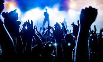 Μετά από πολλούς μήνες λουκέτου, ξεκινούν και πάλι από σήμερα οι ζωντανές πολιτιστικές εκδηλώσεις, ανοίγουν τα θέατρα, αρχίζουν οι συναυλίες.