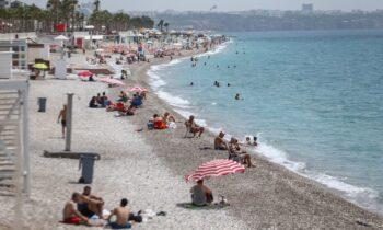 Σατιρικό διαφημιστικό πλακάτ στις μεσογειακές ακτές της Τουρκίας γράφει: «Τουρκία ολόκληρη, τώρα και χωρίς Τούρκους».