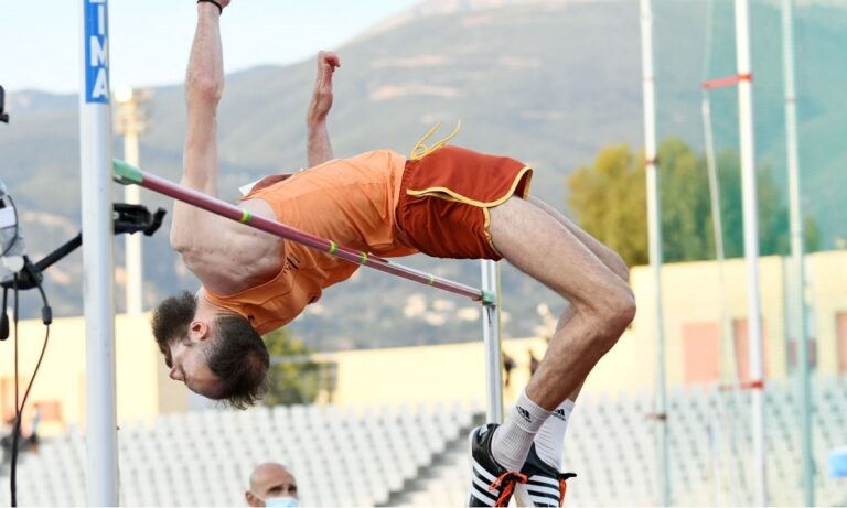 """Ο Κώστας Μπανιώτης αγώνα με τον αγώνα γίνεται καλύτερος και στον τελικό του Πανελληνίου Πρωταθλήματος """"πέταξε"""" στα 2,24μ. στο ύψος."""
