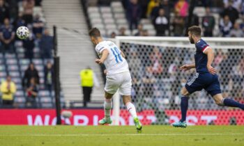 Ο Πάτρικ Σικ υπέγραψε το 2-0 της Τσεχίας επί της Σκωτίας και μας έκανε να πατάμε play ξανά και ξανά για να δούμε το 2ο γκολ του.