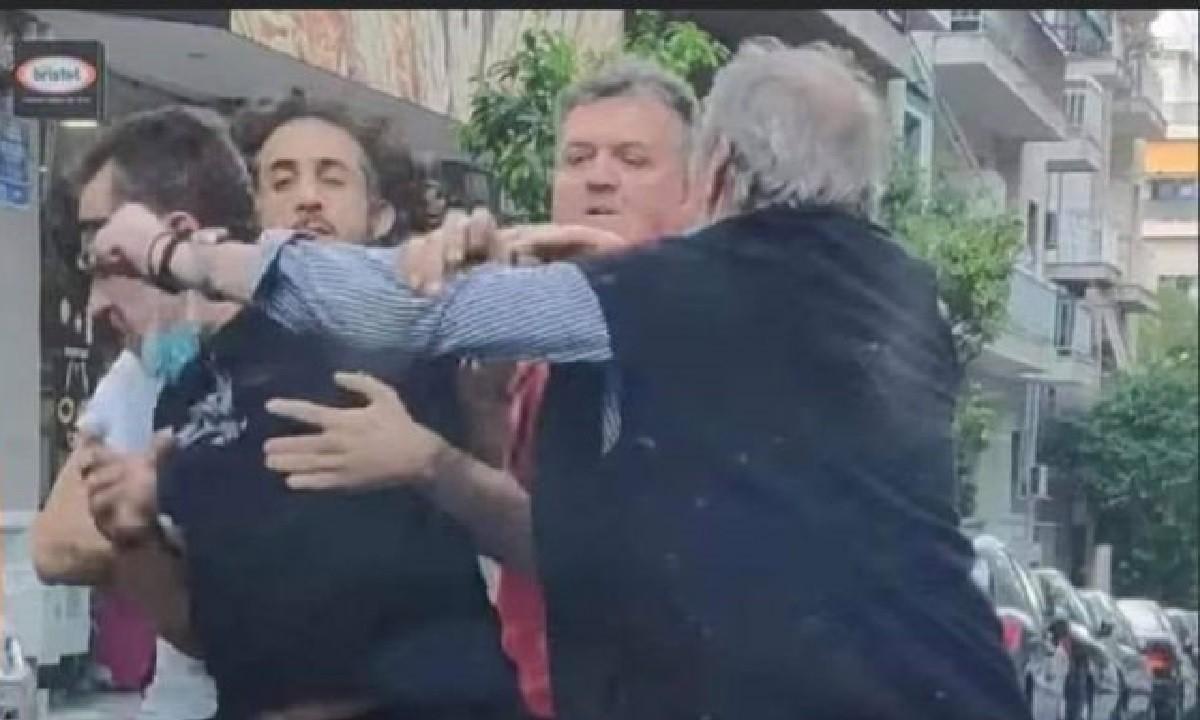 Viral αλά ελληνικά : Παππούς ρίχνει μπουνιά σε τσακωμό στο κέντρο της Αθήνας (vid)
