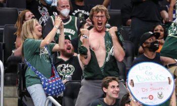 Ο Γιάννης Αντετοκόνμπο μαζί με τον Κρις Μίντλετον κράτησαν «ζωντανούς» τους Μιλγουόκι Μπακς στη σειρά του NBA με τους Μπρούκλιν Νετς.