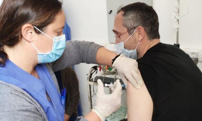 Εμβολιασμός στο σπίτι: Πότε ξεκινάει, ποιοι μπορούν να το κάνουν;