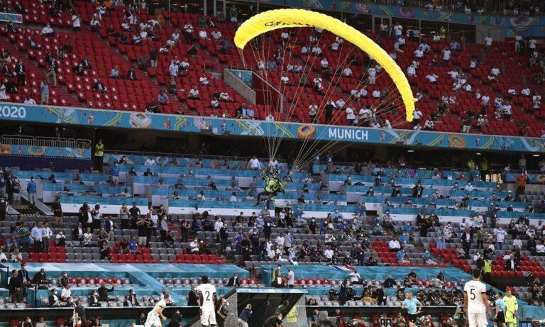Euro 2020 Γαλλία - Γερμανία: Παραλίγο ατύχημα με αλεξιπτωτιστή που προσγειώθηκε στο γήπεδο - Δείτε την επικίνδυνη πτώση